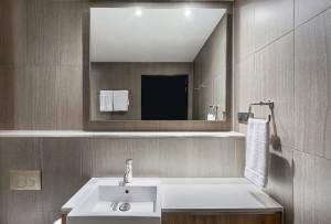 vibe-hotel-north-sydney-guest-room-king-bathroom-01-2017